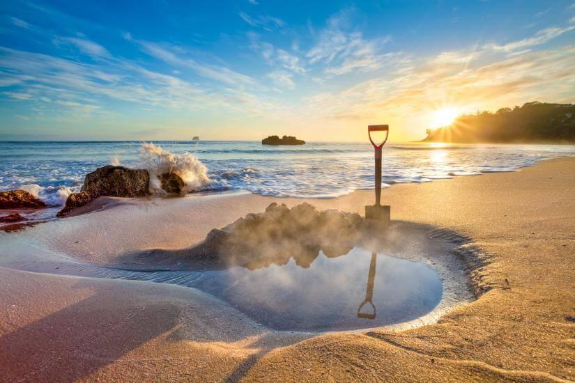 Hot Water Beach – Bãi biển nước nóng nổi tiếng ở New Zealand